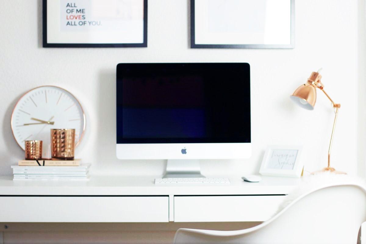 Blogger Arbeitsplatz - Eames Stuhl, Dekoration und iMac