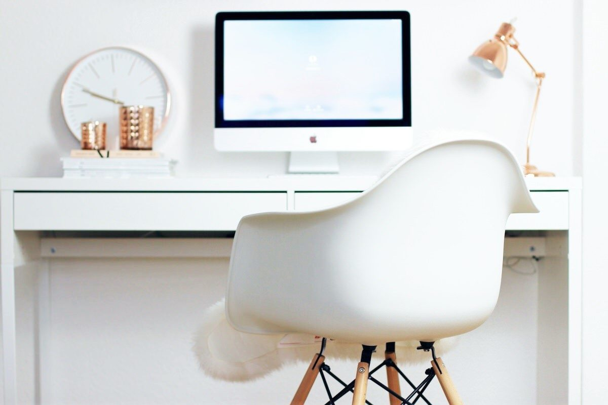 blogger arbeitsplatz eames stuhl dekoration und imac veronique sophie. Black Bedroom Furniture Sets. Home Design Ideas