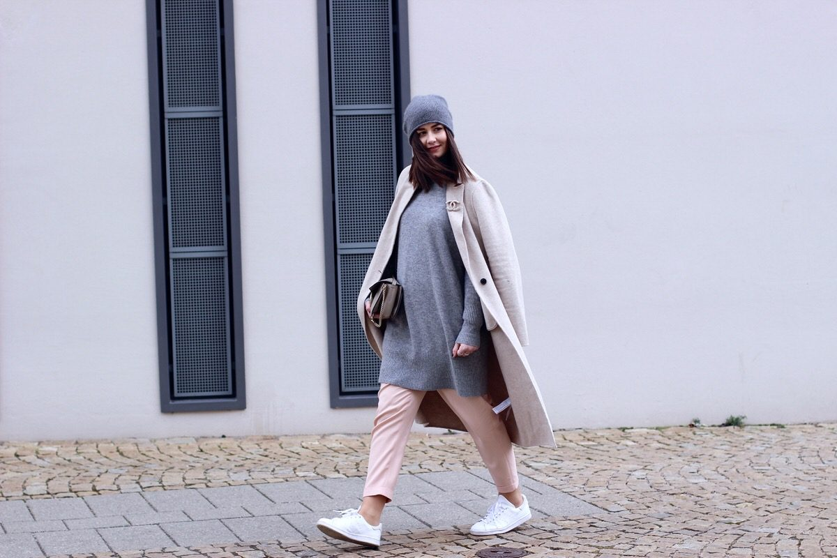 rosa Bundfaltenhose, Adidas Stan Smith, Chloé Faye, COS Mütze, Zara Mantel