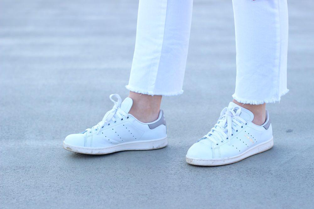 Adidas Stan Smith, Weste, Chanel Brosche, weiße Boyfriend Jeans, Chloé Faye