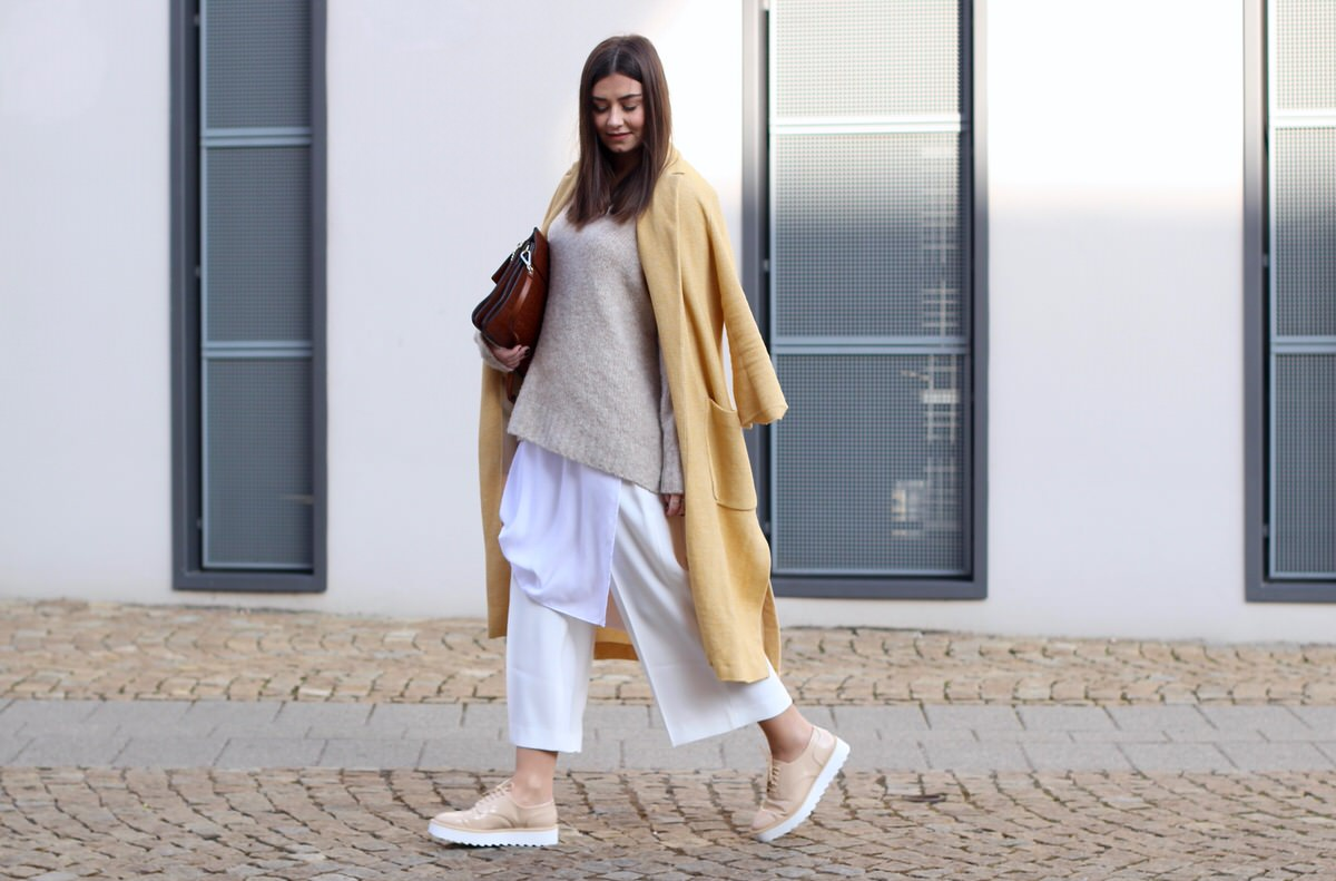 Culotte, Plateau Brogues, Chloé Faye, gelber Mantel, Edited Pullover