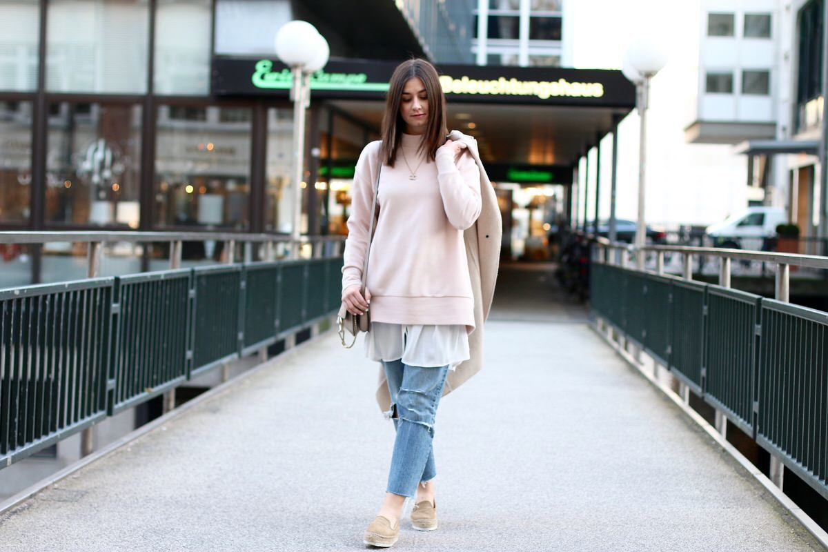 Hamburg, Levi's 501 Jeans, COS oversize-highneck Pullover, asos Bluse, Plateauschuhe, Chloé Faye grau/beige