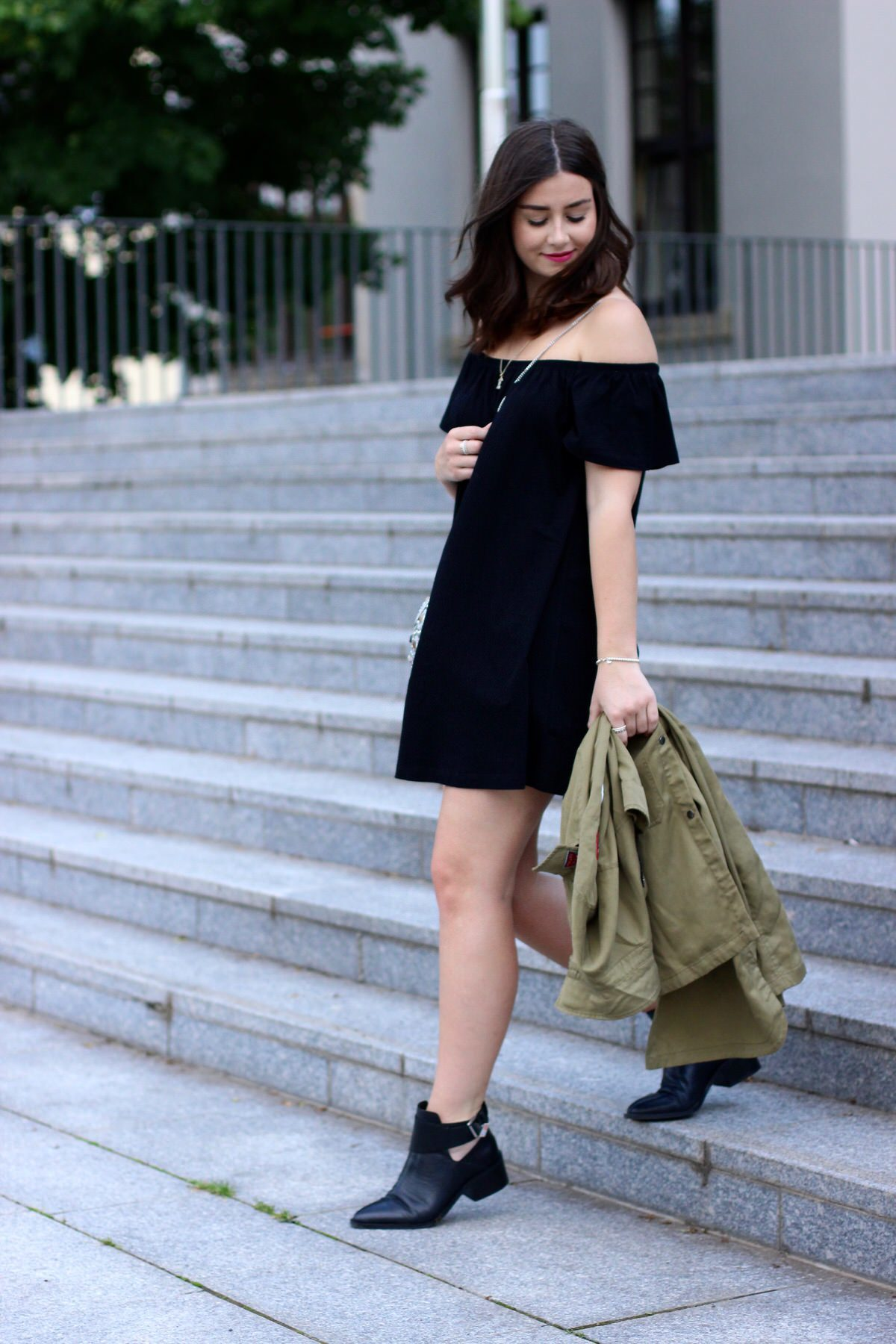Asks Off Shoulder Kleid, andotherstories Cut out boots, asos Metalltasche, Chanel, Pandora, Zara