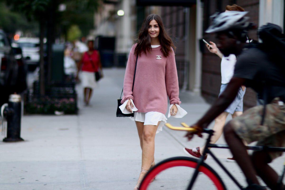 Celiné Trio Bag, Edited Kleid mit Trompetenärmel, Mango Riemensandalen, Urban Outfitters Strickpullover in altrosa, Chanel Brosche, Kylie Cosmetics, Pandora Ringe