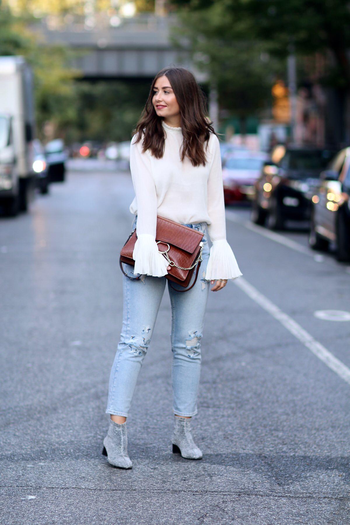bestickte Jeans, TOPSHOP, Chloé Faye, glitzernde Stiefletten, Zara, Bluse mit Trompetenärmel H&M, Dior So Real Sonnenbrille, NYFW, New York Streetstyle