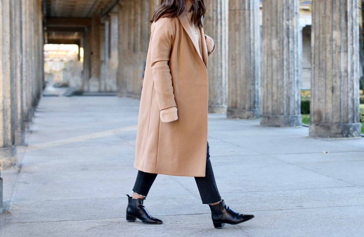 &OtherStories Mantel, Coat, Acne Studios Jensen Ankle Boots, H&M Mom Jeans, Netzstrümpfe, Cline Trio Bag, Pandora