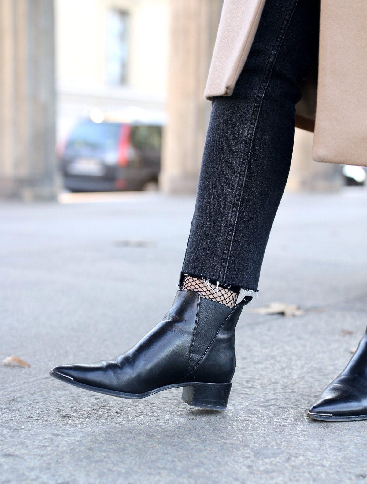 &OtherStories Mantel, Coat, Acne Studios Jensen Ankle Boots, H&M Mom Jeans, Netzstrümpfe, Cline Trio Bag, Pandora