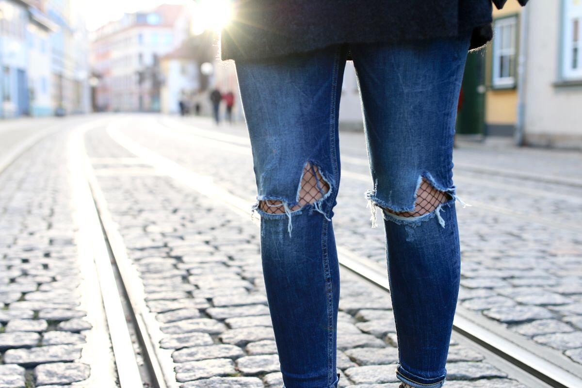 Beanie, Mütze, Chanel Brosche, Zara destroyed Jeans, Moahirpullover, Pullover Mohairmix, Celine Trio Bag, Acne Studios Jensen Boots, Netzstrumpfhose, Pandora, oversized Sweater