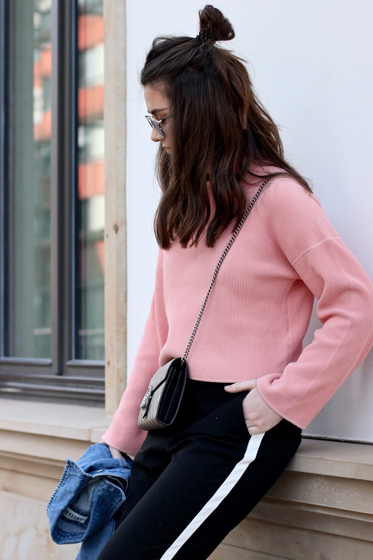 Gucci Princetown Slipper, Gucci Dionysus Mini, Dior Sonnenbrille, Zara Chinohose, Edited Jeansjacke & Pullover, pink, Streetstyle, Sommer