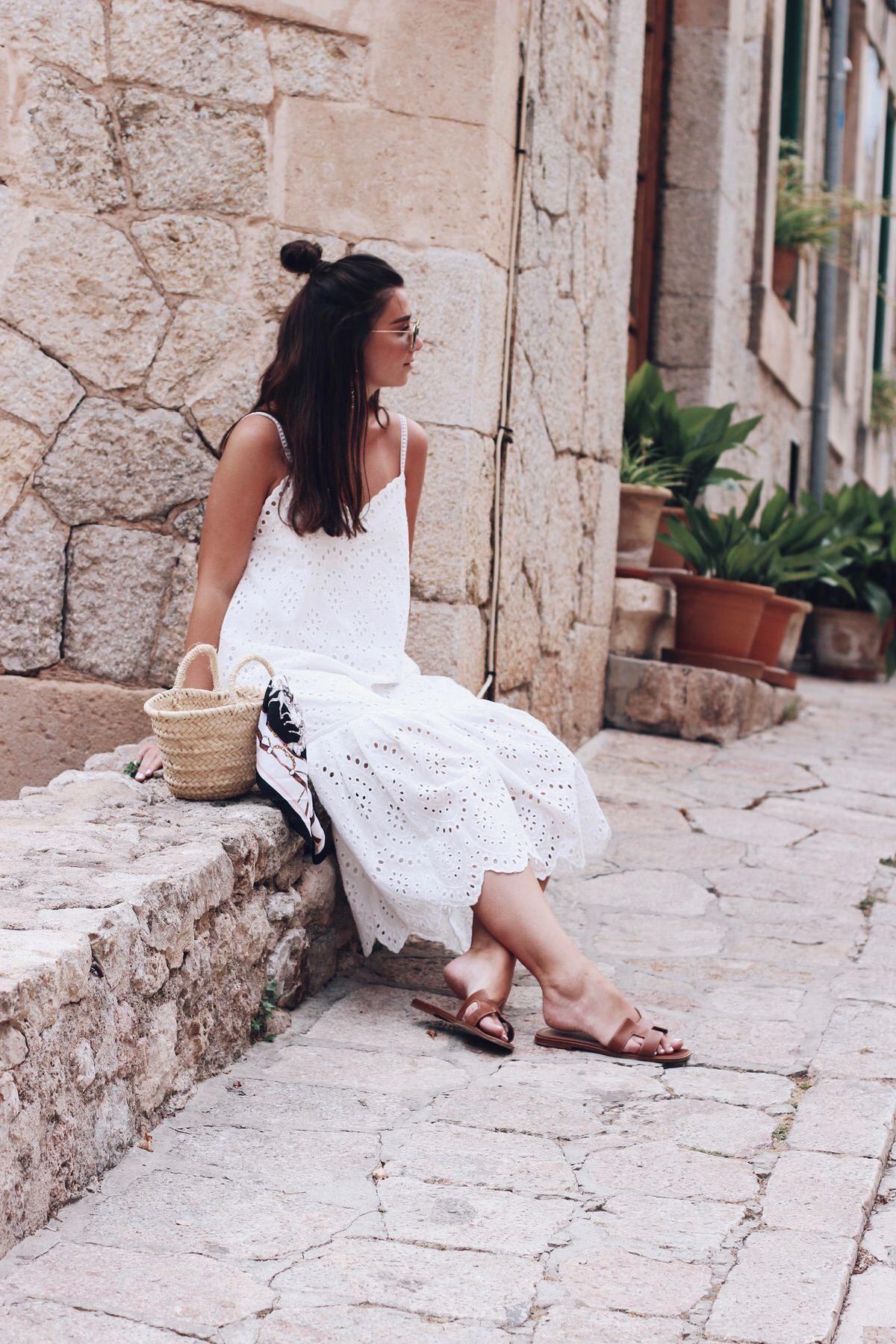 Sommer-Look: weißes Trägerkleid mit Spitze, Zara, Hermes 'Oran' Sandalen & Korbtasche, Mallorca, Insel, Urlaub, Valdemossa, Sommer
