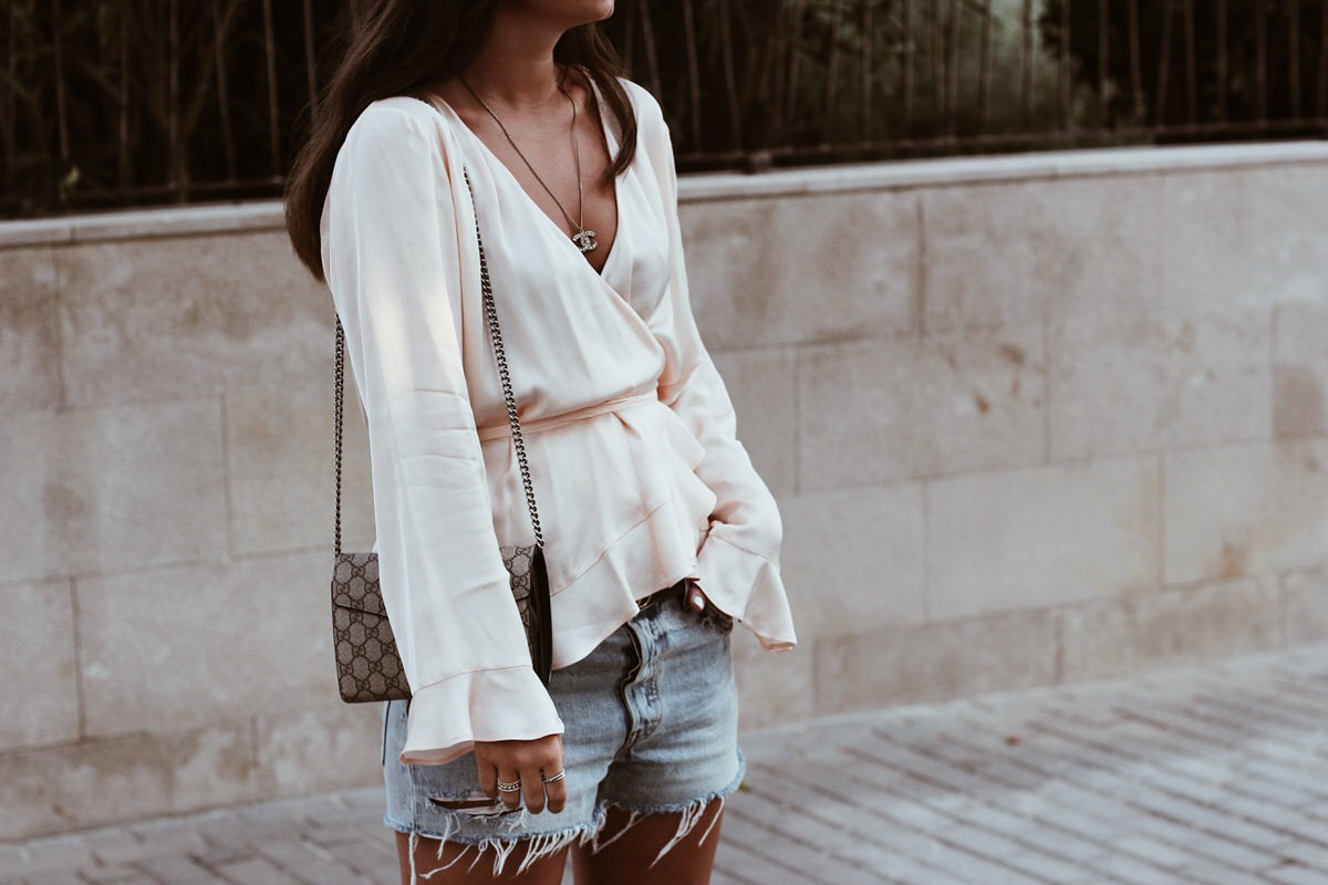 Sommer-Look: Uterque Seidenbluse, Levi's 501 Shorts, Hermes 'Oran' Sandalen & Gucci Dionysus, Mallorca, Outfit, Summer, Streetstyle, Ray Ban, Round Metal, Gucci Gürtel