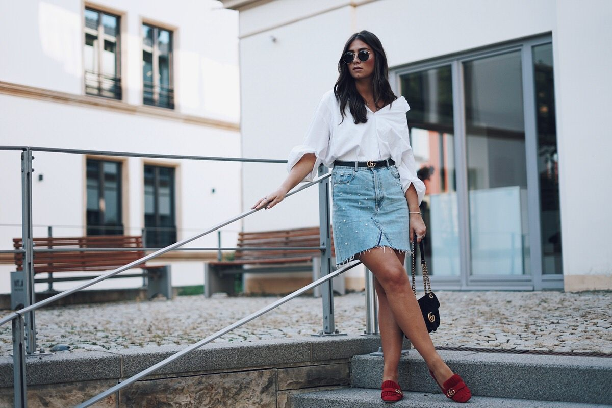 Summer-Look: Jeansrock mit Perlen, Oversized Hemd & rote Gucci Pumps, Gucci Dionysus, Gucci Gürtel, Street Style, Pandora Ringe, Ray Ban Wayfarer Sonnenbrille, Sommer, Outfit