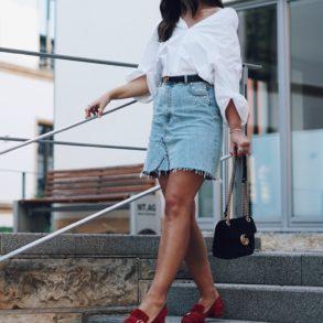 Summer-Look: Jeansrock mit Perlen, Oversized Hemd & rote Gucci Pumps, Gucci Dionysus, Gucci Gürtel, Street Style, Pandora Ringe, Ray Ban Wayfarer Sonnenbrille, Sommer, Outfit