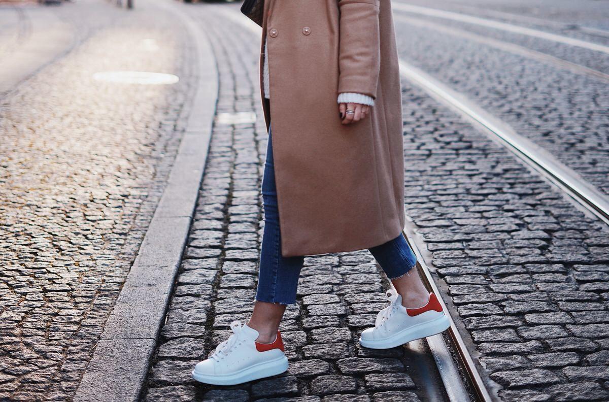 Alexander McQueen Sneaker, Baker Boy Mütze, H&M, asos, andotherstories Mantel, Gucci Dionysus, Uterque Jeans