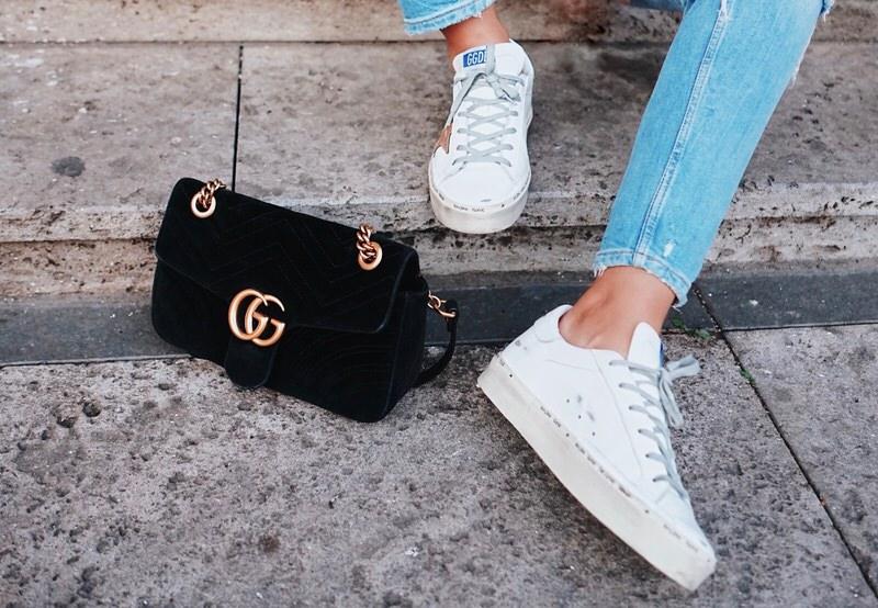 Golden Goose Deluxe Brand Sneaker, Oberteil mit Ballonärmeln, Gucci Marmont schwarz schwarz, Satintuch Leo. Streetstyle, Sommer, Bluejeans