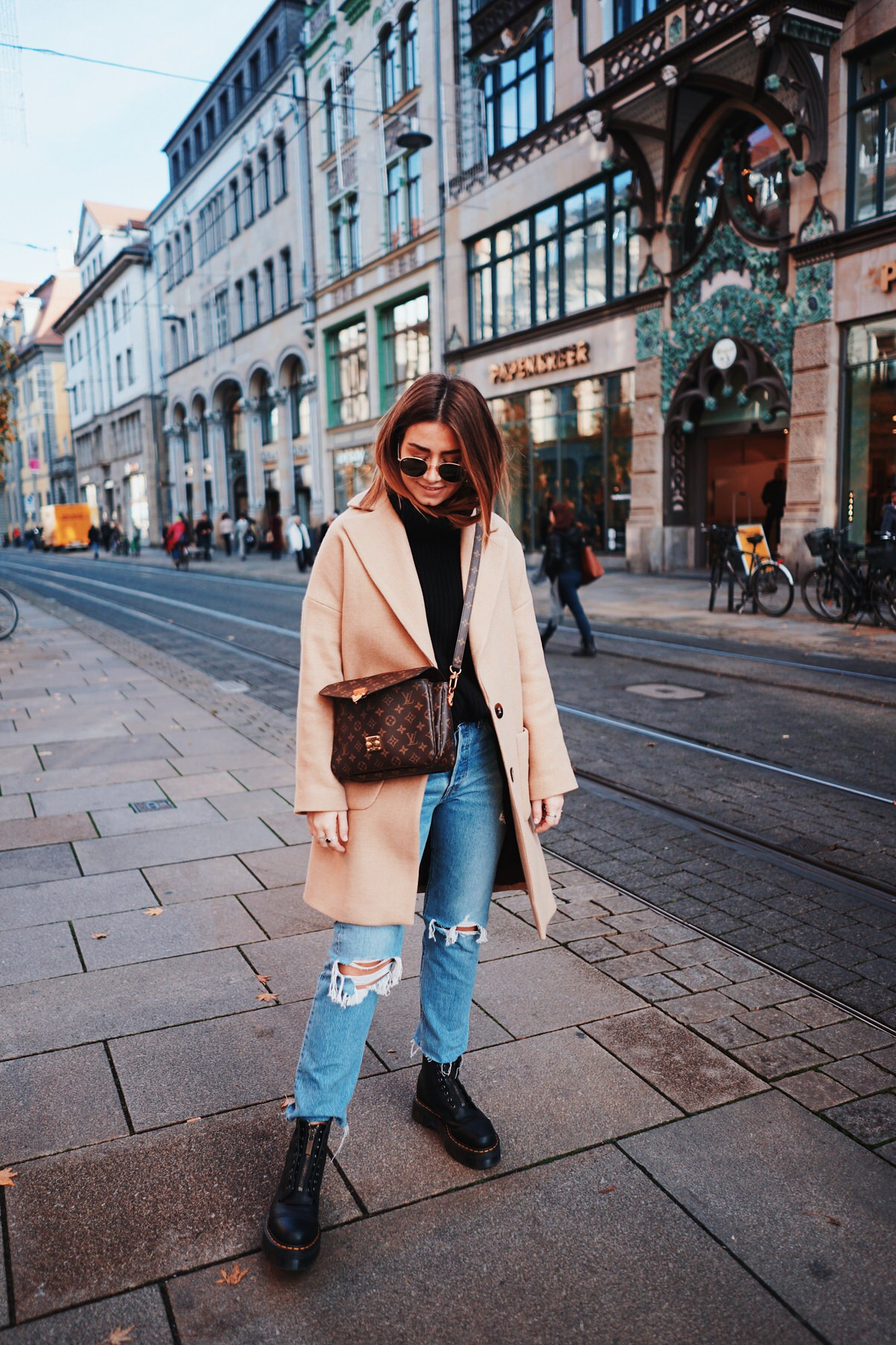 Levi's Jeans, Camel Coat, Mantel, Dr. Martens Boots, Louis Vuitton Pochette Metis, H&M, Turtleneck Sweater, Rollkragenpullover, Ray Ban Round Metal